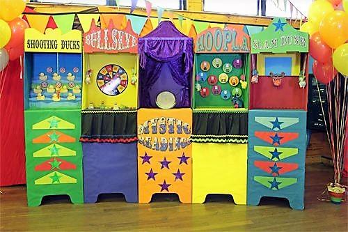 Ξύλινα πολύχρωμα κιόσκια για παιδικά πάρτυ με θέμα λούνα παρκ