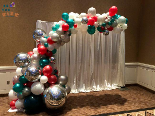 Χριστουγεννιάτικη σύνθεση με μπαλόνια ORGANIC και BACKDROP