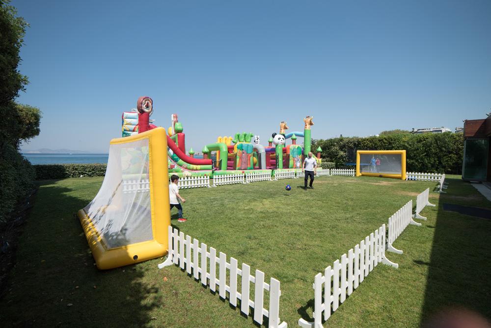 Αυτοσχέδιο γήπεδο ποδοσφαίρου σε παιδικό πάρτυ (αρχείο ΔΕΛΦΙΝΑΚΙΑ)