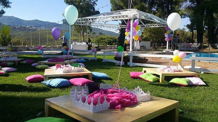 Τραπεζάκια από παλέτες για παιδικό πάρτυ με μπαλόνια