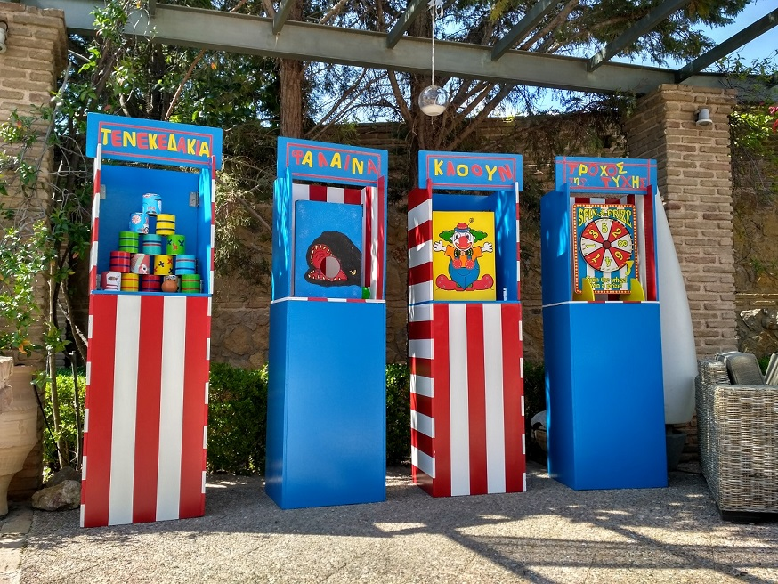 Ξύλινα μπλε κιόσκια για παιδικά πάρτυ με θέμα λούνα παρκ